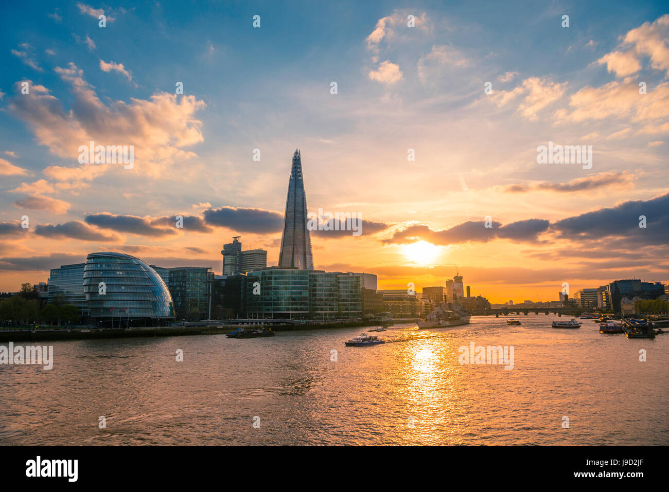 Horizonte del complejo de oficinas más Londres Riverside, City Hall de Londres, el City Hall, el Shard, Thames Imagen De Stock