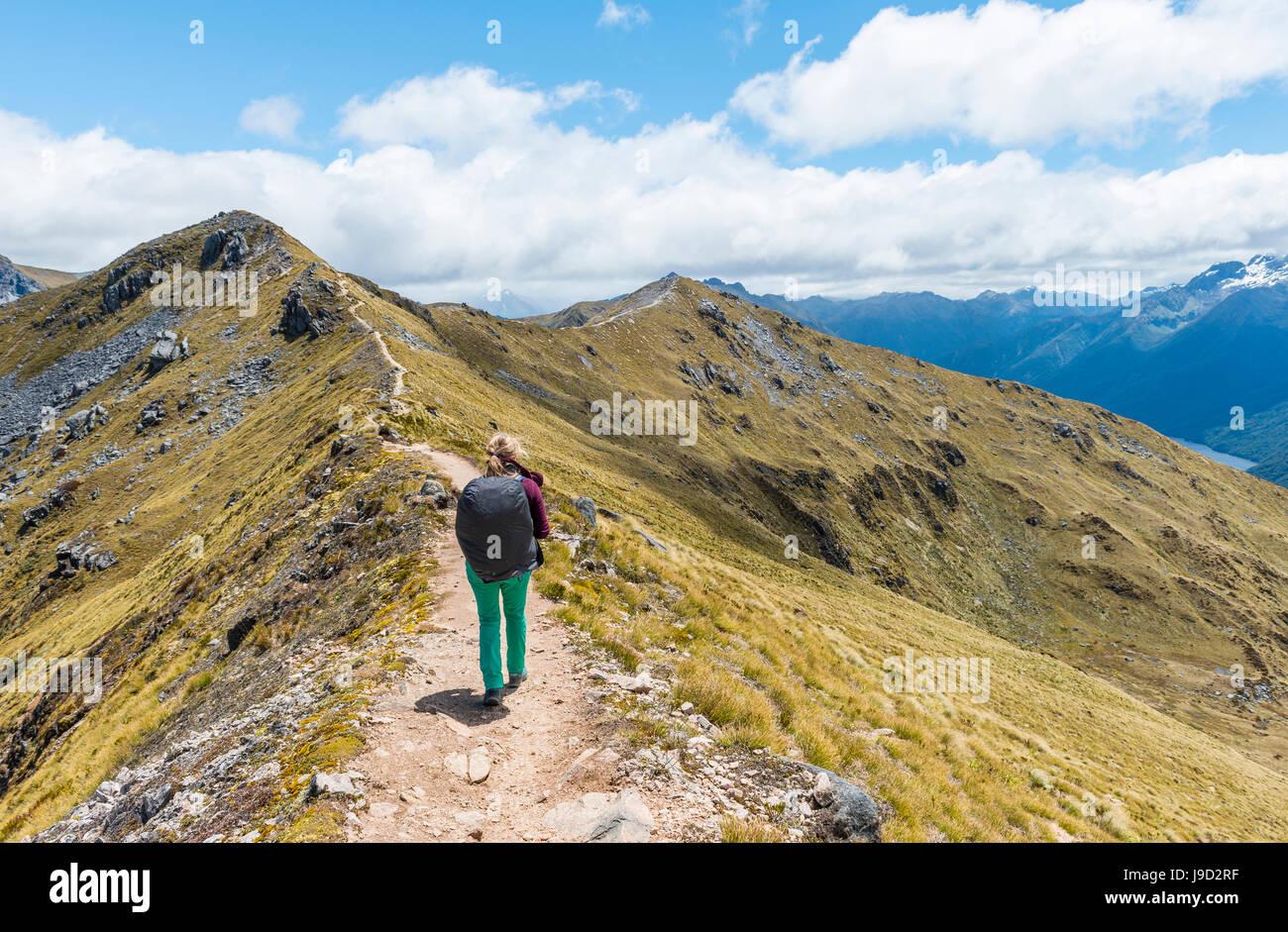 Excursionista femenina en Kepler Track, el Parque Nacional Fiordland, Southland, Nueva Zelanda Imagen De Stock