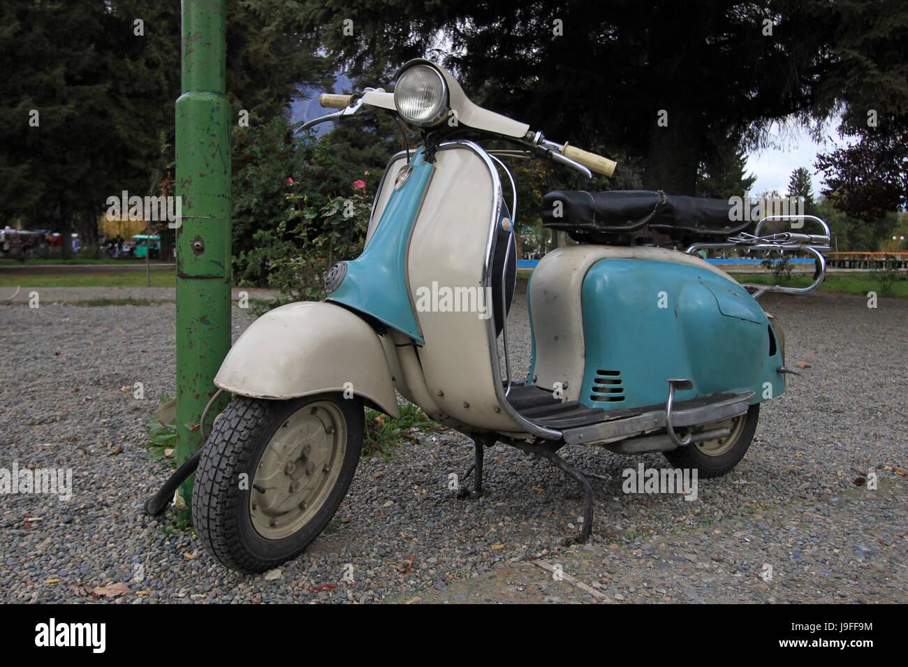 Scooter Vintage azul en El Bolsón, Argentina Foto de stock