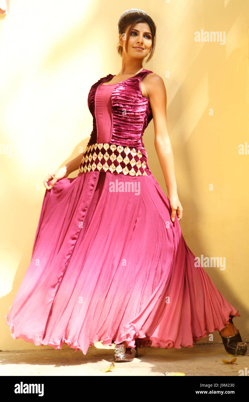 Flowing Gown Imágenes De Stock & Flowing Gown Fotos De Stock - Alamy