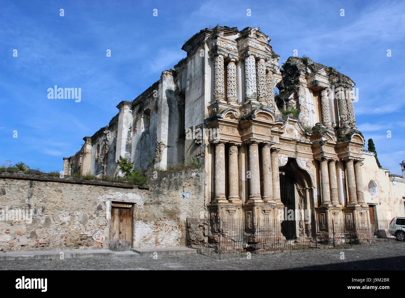 Ruinas de la Iglesia en La Antigua Guatemala, ciudad colonial patrimonio cultural de la humanidad segun la UNESCO, cuenta con muchas escuelas de español. Foto de stock