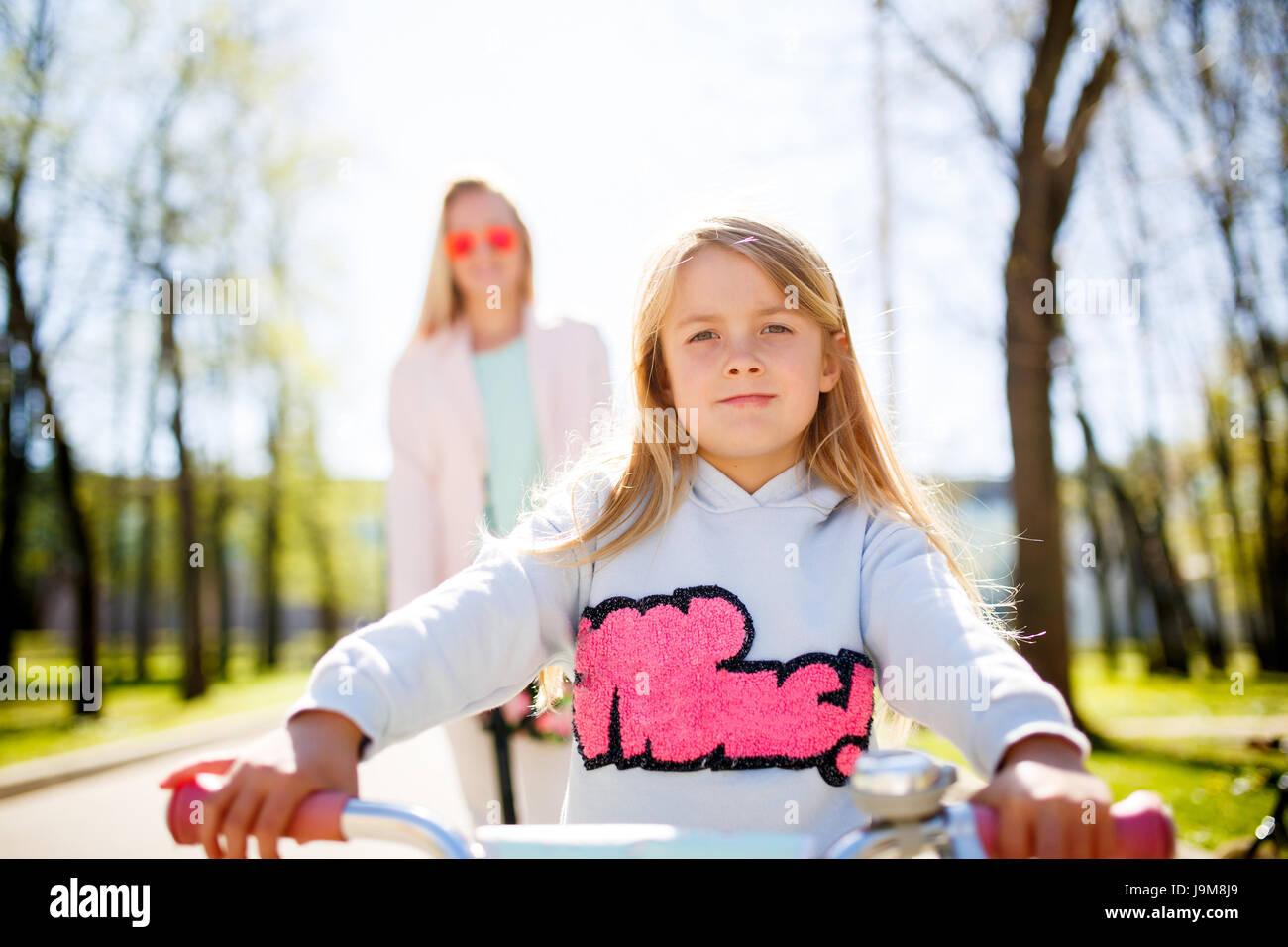 Chica en bicicleta en el parque Foto de stock