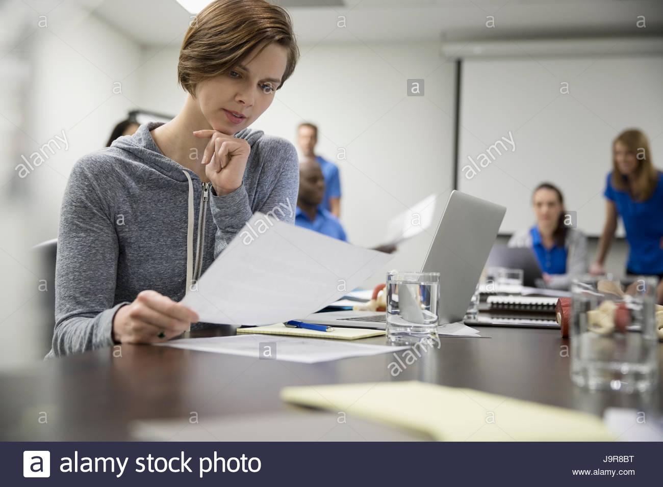 Fisioterapeuta con portátil femenino centrado en la sala de reunión de formación Imagen De Stock