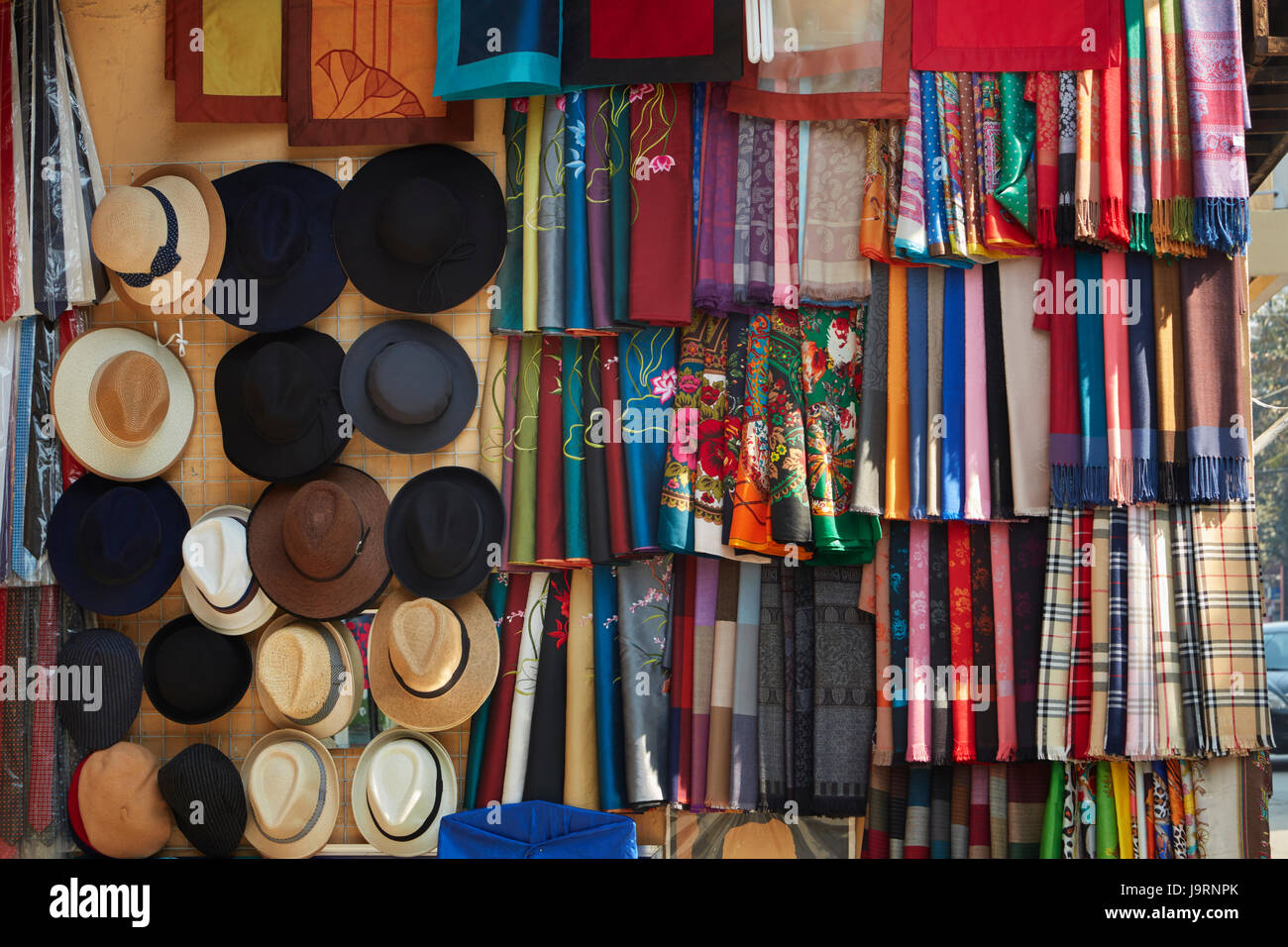 Material y sombreros en la tienda, el Barrio Viejo, Hanoi, Vietnam Imagen De Stock