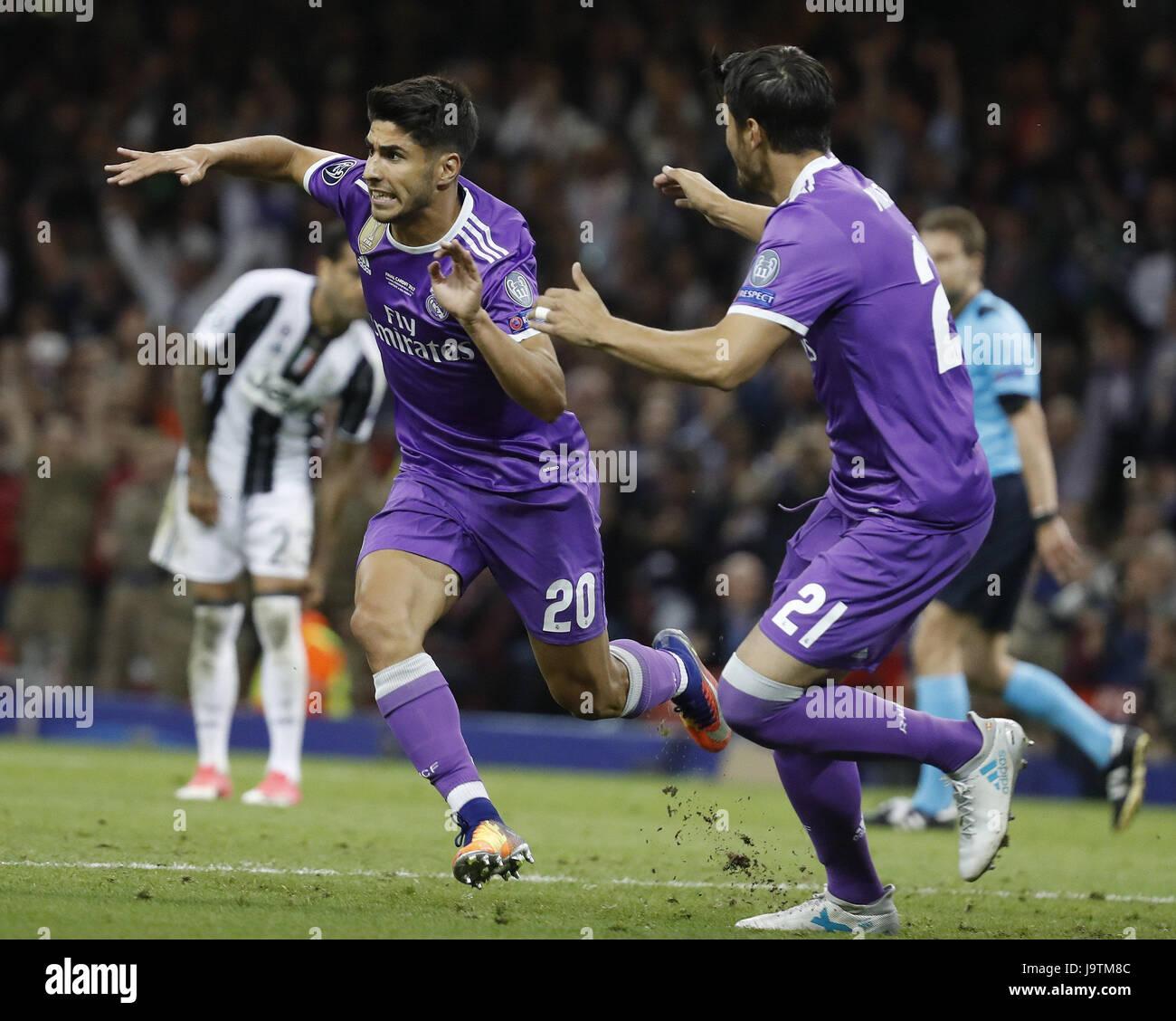 El centrocampista del Real Madrid Marco Asensio (L) jubilates el ...