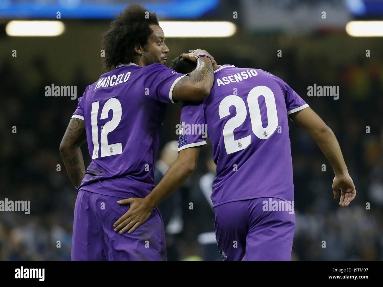 El centrocampista del Real Madrid Marco Asensio (R) jubilates el ...