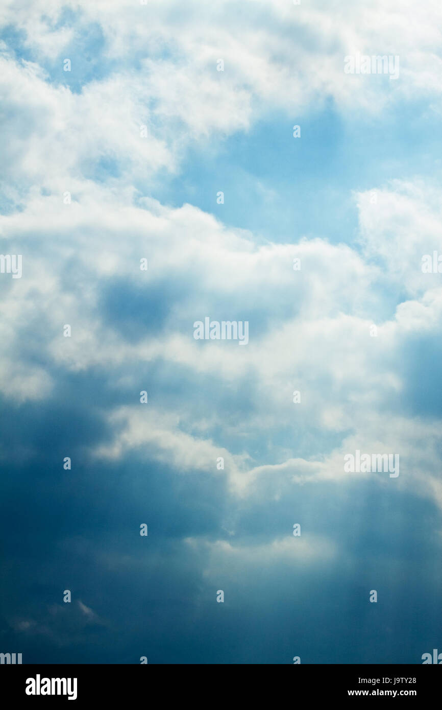 Cielo con nubes blancas. Antecedentes y texturizado. Imagen De Stock
