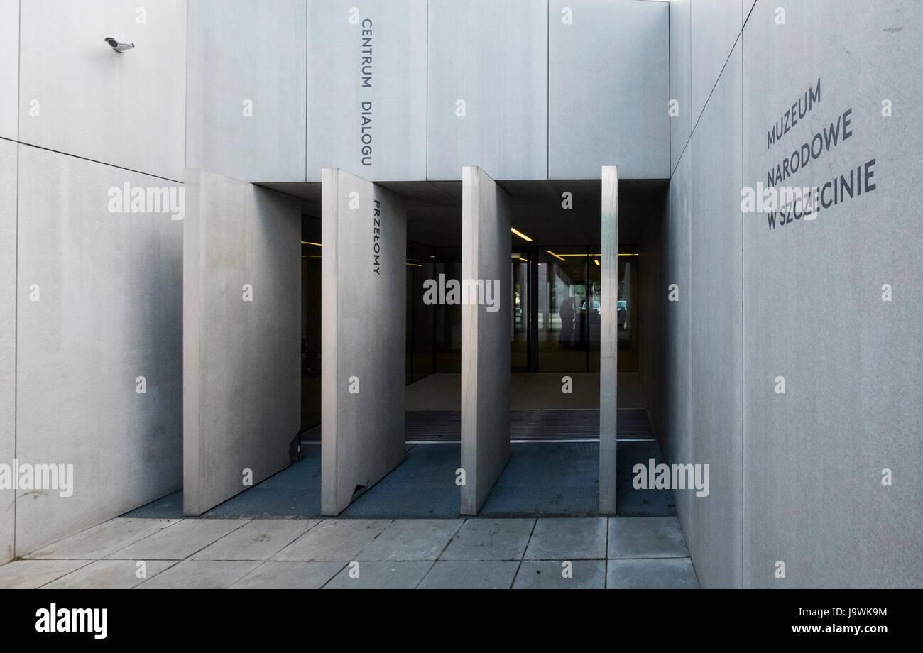 Vista del Museo Nacional de Szczecin - El Centro de Diálogo convulsiones que muestra los temas polémicos relacionados Foto de stock