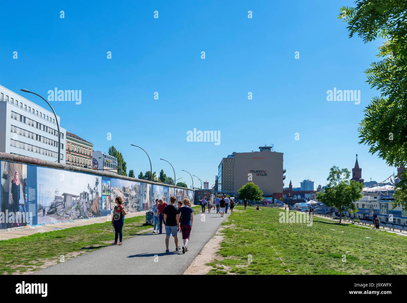 La sección del Muro de Berlín en el East Side Gallery, Friedrichshain-Kreuzberg, Berlín, Alemania Imagen De Stock