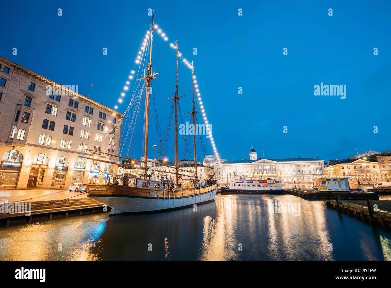 Helsinki, Finlandia - Diciembre 9, 2016: Antigua goleta velero de madera barco está amarrado al muelle de la Imagen De Stock