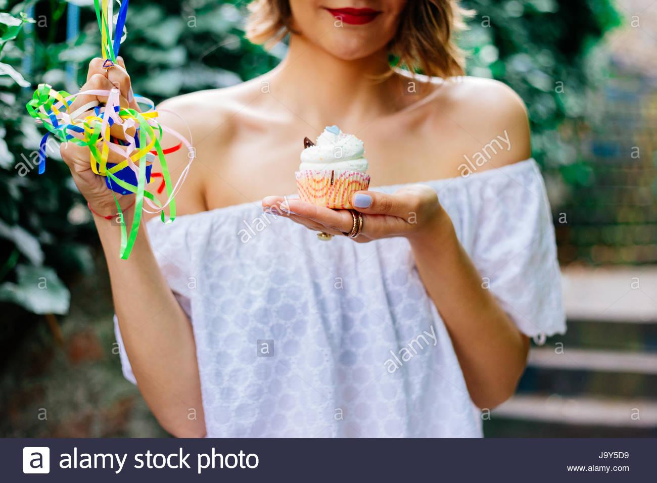 La mujer es feliz con su pastel de cumpleaños Imagen De Stock