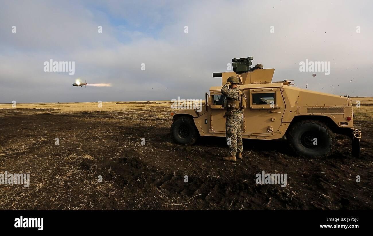 Los soldados de marina de los EE.UU. Incendio un HMMWV-montado el BGM-71 tubo-lanzado, ópticamente traking, wire-misil antitanque guiadas durante el ejercicio Platinum Smardan Lynx en el área de capacitación, 9 de diciembre de 2015, Rumanía Smardan. (Foto por Melanye E. Martínez /US Marines via Planetpix) Foto de stock