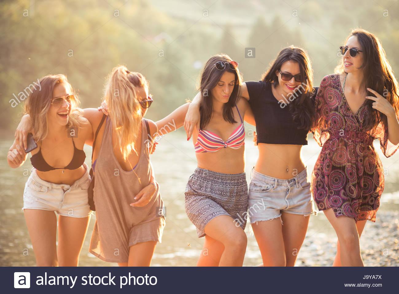 Las mujeres jóvenes disfrutan en la playa en verano Imagen De Stock