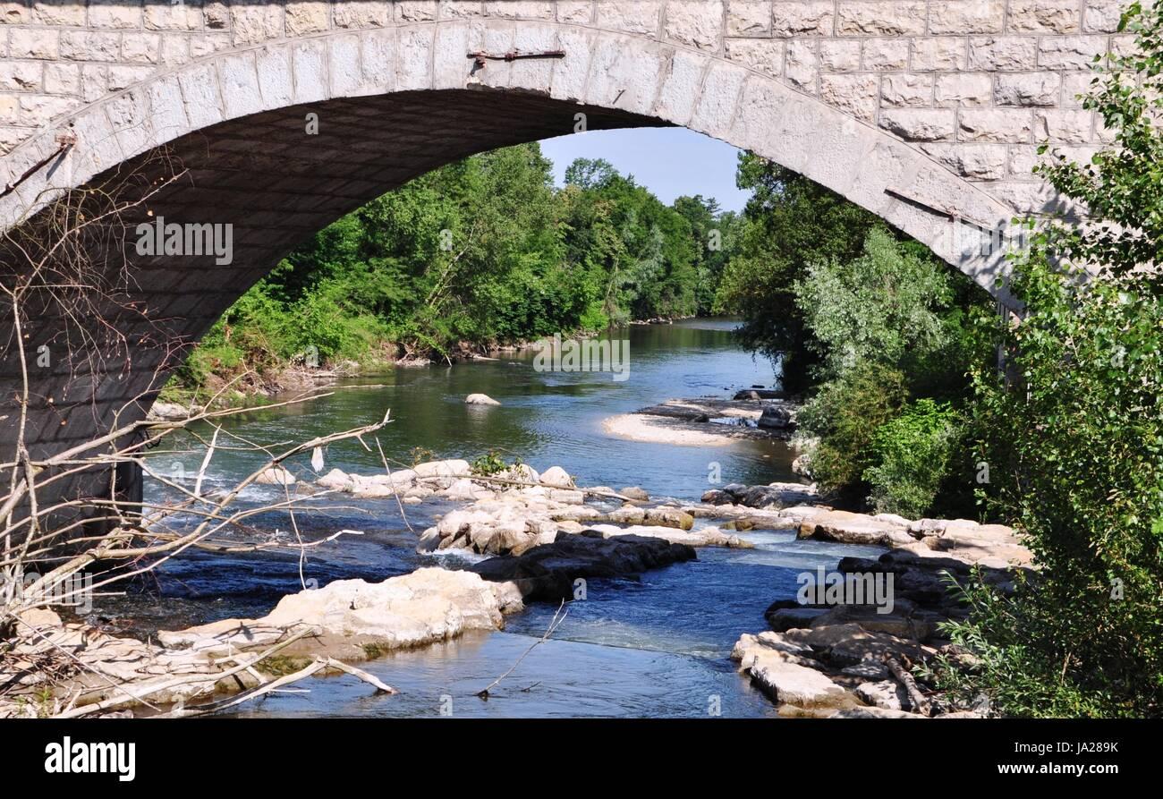 El puente, el río, el agua, el azul, el verde, el puente, arbustos, ubicación shot, albañilería, Foto de stock