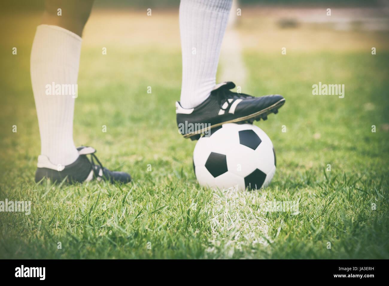 Fútbol Jugador de fútbol o de pie con bola sobre el campo para patear la  pelota de fútbol soft focus y el enfoque selectivo sobre el césped 38696ea0d5236