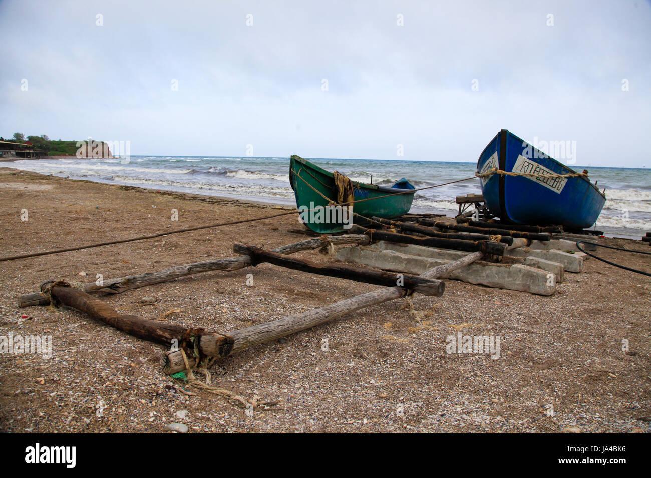 Viejos barcos de pesca en la costa cerca de Bucarest, Rumania Imagen De Stock