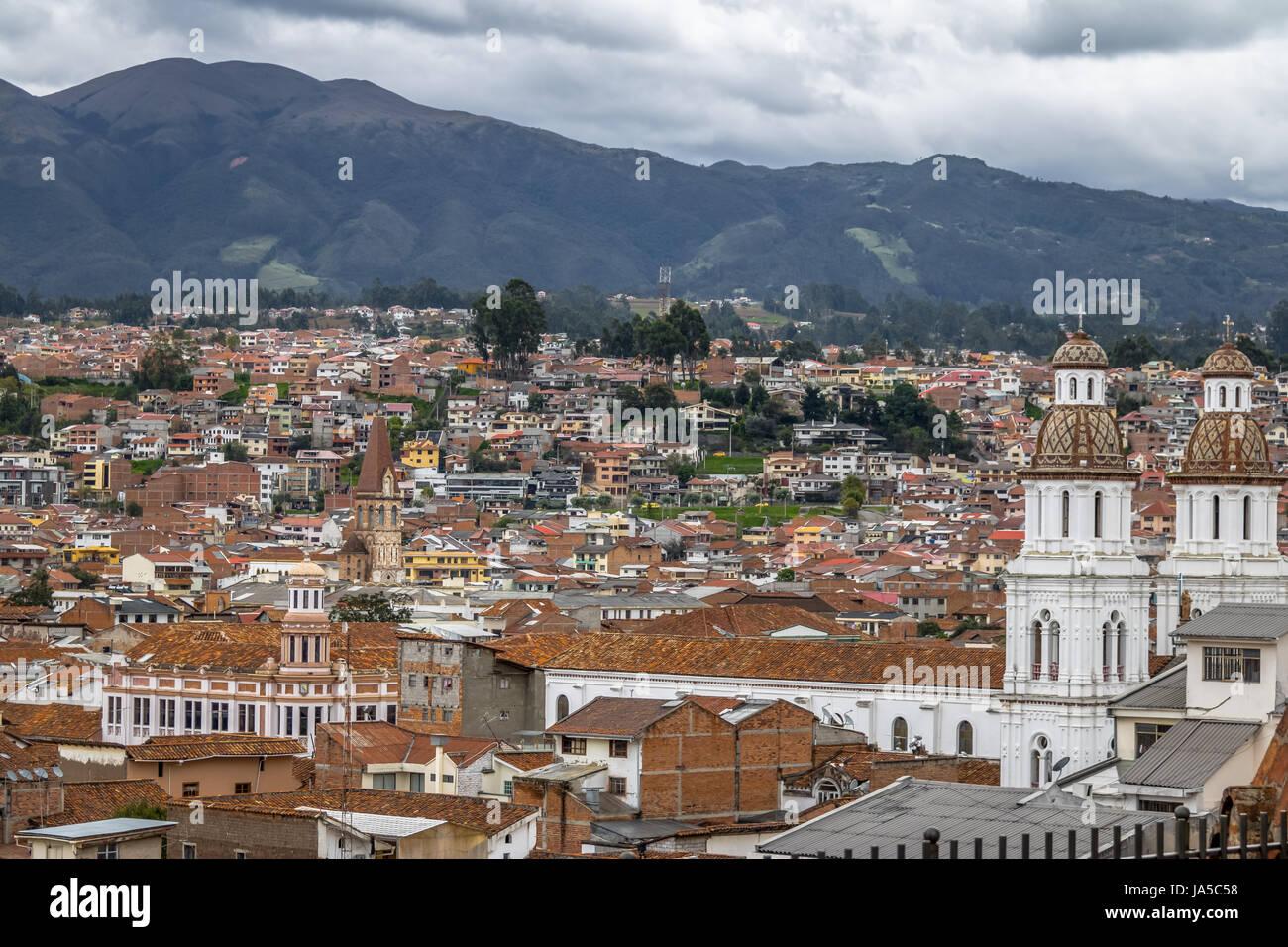 Vista aérea de la ciudad de Cuenca con la Iglesia de Santo Domingo - Cuenca, Ecuador Foto de stock