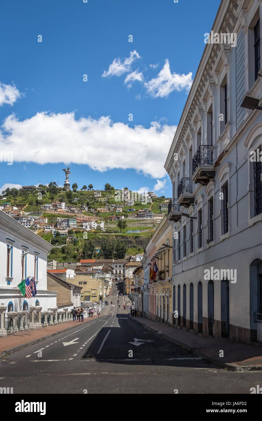Calle de Quito y el Monumento a la Virgen María en la cima de El Panecillo Hill - Quito, Ecuador Imagen De Stock