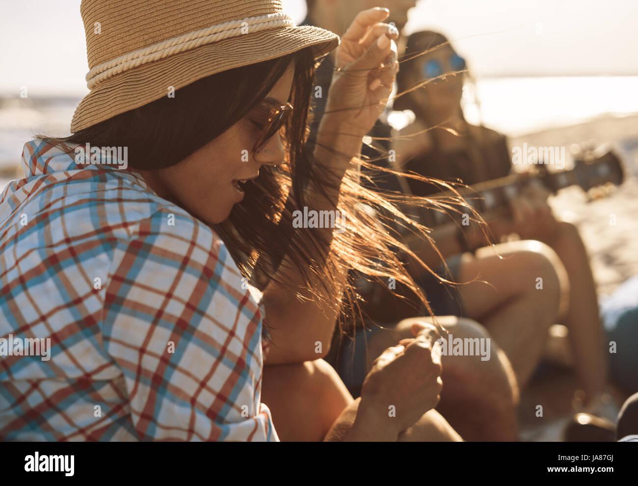 Grupo de amigos con la guitarra en las fiestas en la playa Imagen De Stock