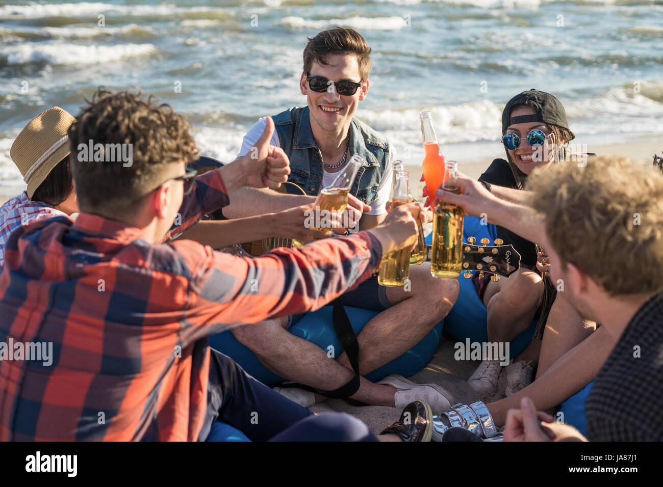 Grupo de amigos en la playa drindking parte Imagen De Stock