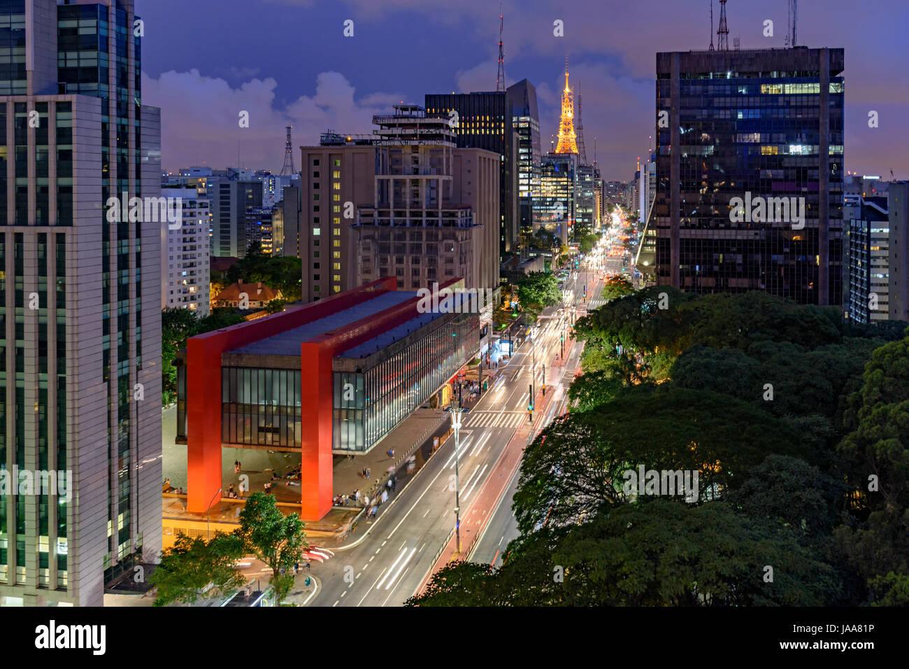 Vista nocturna de la famosa Avenida Paulista, centro financiero de la ciudad y uno de los principales lugares de Imagen De Stock
