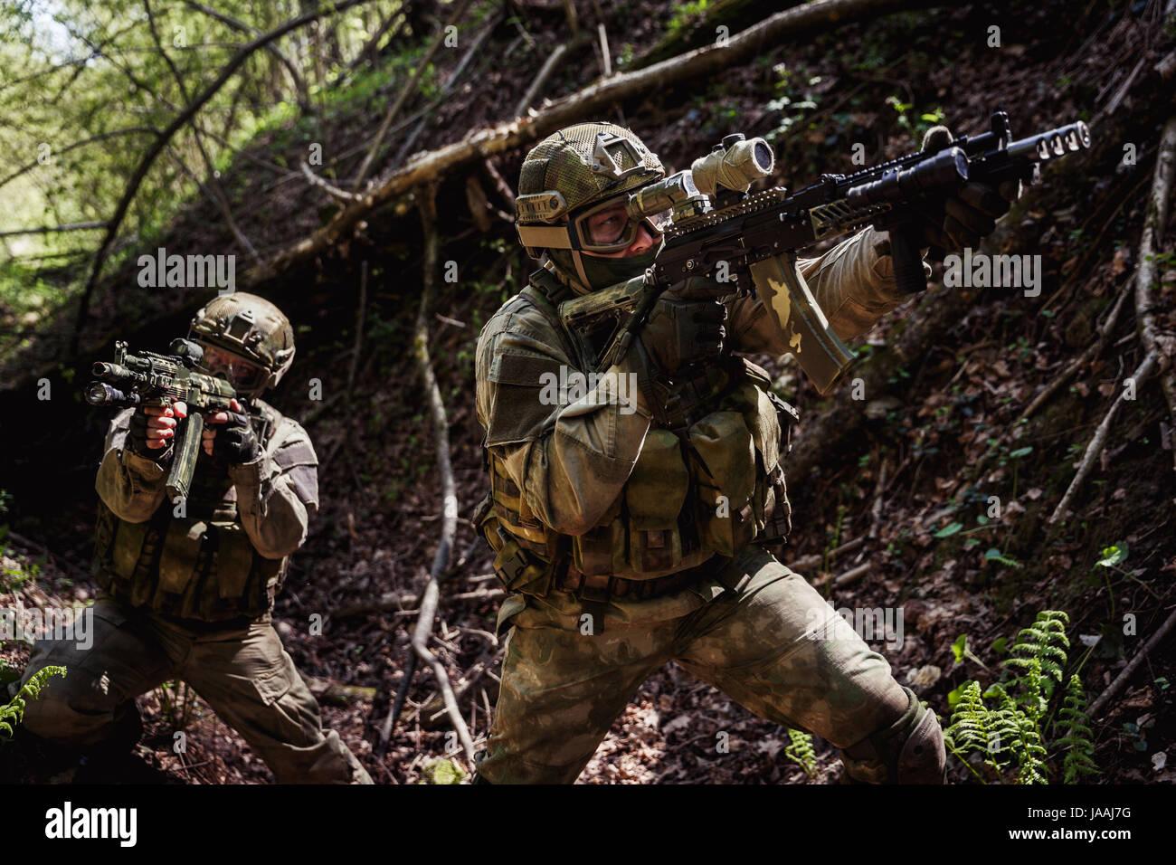 Retrato de soldados en misión de reconocimiento Foto de stock