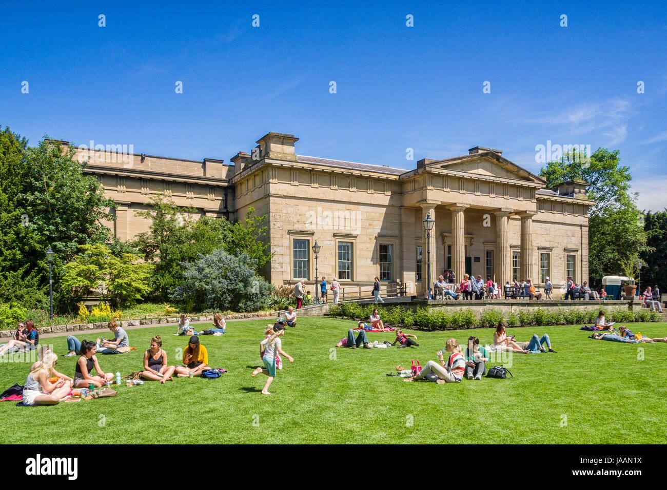 El 31 de mayo de 2017: York, North Yorkshire, Inglaterra, Reino Unido - la gente de todas las edades en un relajante Imagen De Stock