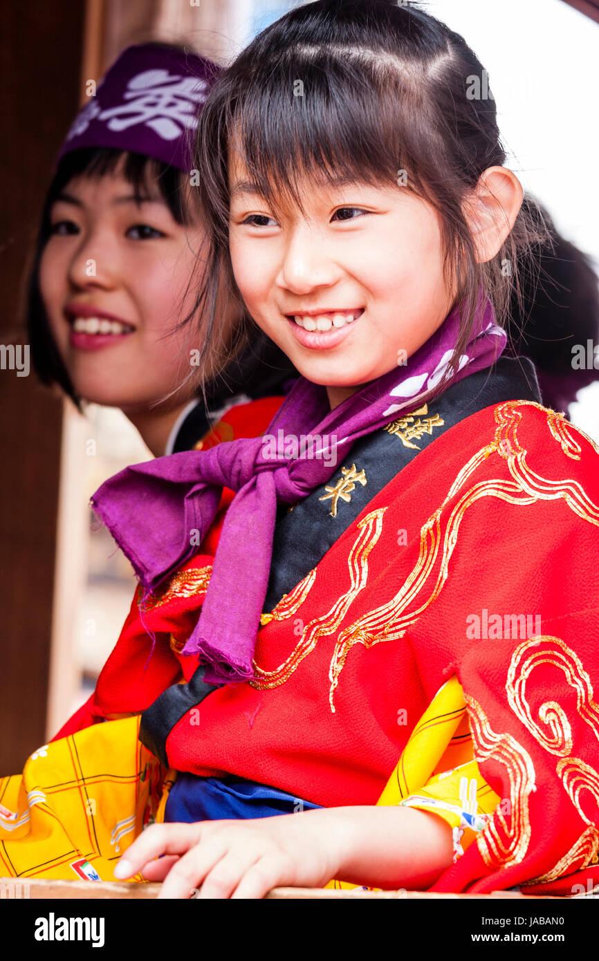 Japonés, los niños asiáticos, dos niñas, 9-10, sentados uno al lado del otro, ambos en kimono Imagen De Stock