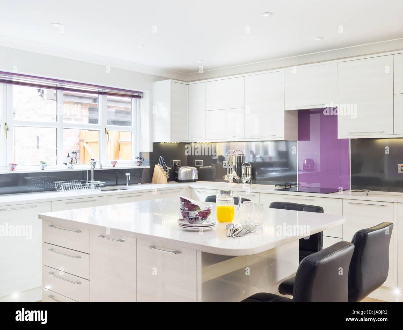 Una isla de cocina / barra de desayuno en una moderna cocina de ...