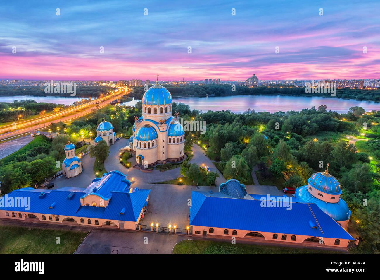 Vista aérea de la iglesia de la Trinidad de Life-Giving Borisov estanques en la noche. Orekhovo-Borisovo, Moscú, Imagen De Stock