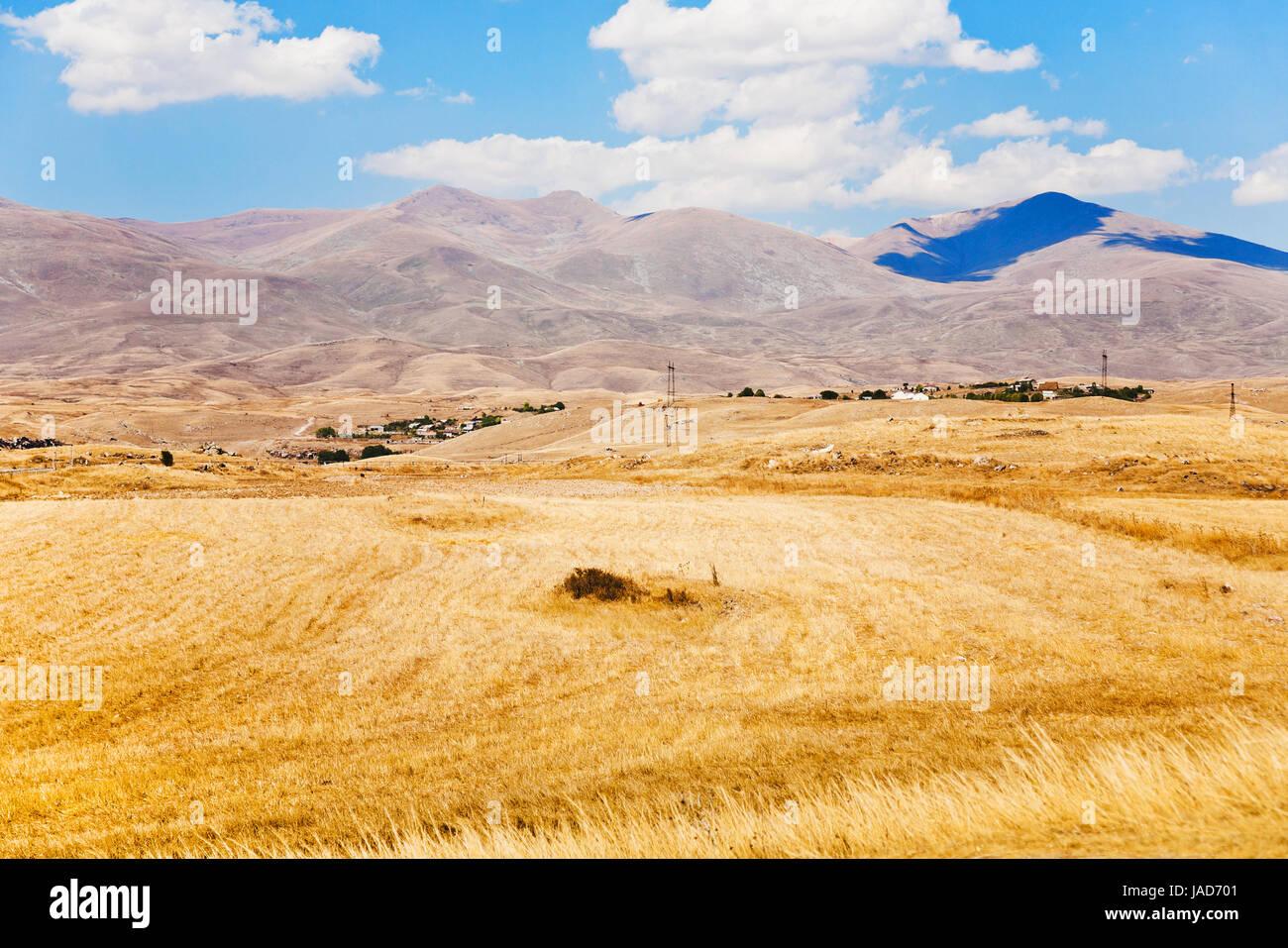 Vista de Sisian mountail meseta cerca de la ciudad de Armenia en día de otoño Foto de stock