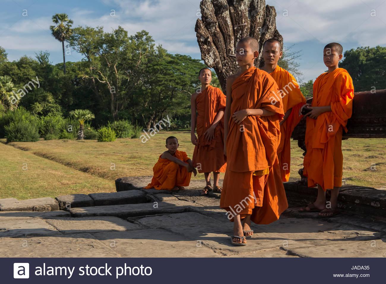 Jóvenes monjes en Angkor Wat Imagen De Stock