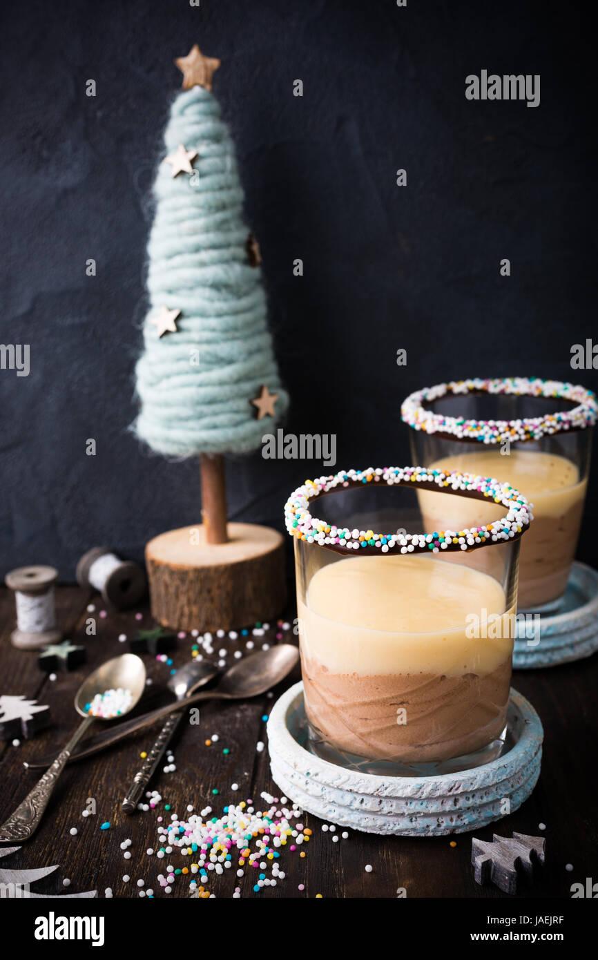 Postres de chocolate con natillas crema. Imagen De Stock