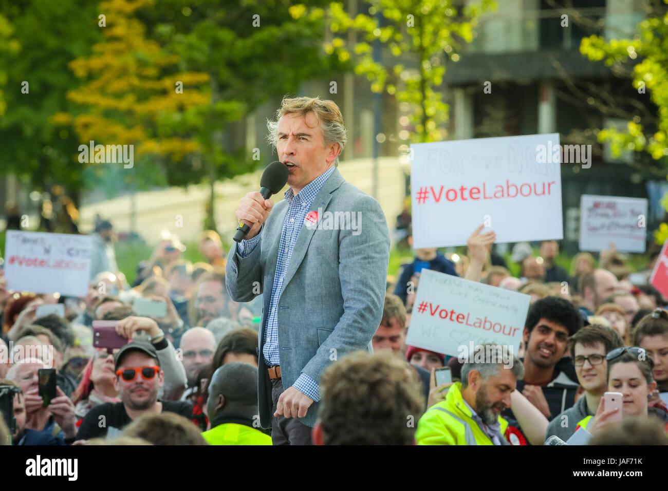 Birmingham, Reino Unido Martes 6 de junio de 2014. El actor y comediante Steve Coogan aborda una manifestación Imagen De Stock