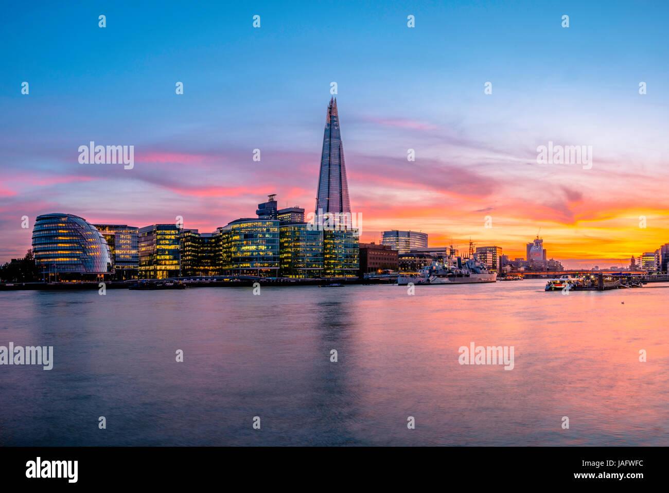 Horizonte del complejo de oficinas más Londres Riverside, City Hall de Londres, El Shard, Thames al atardecer, Imagen De Stock