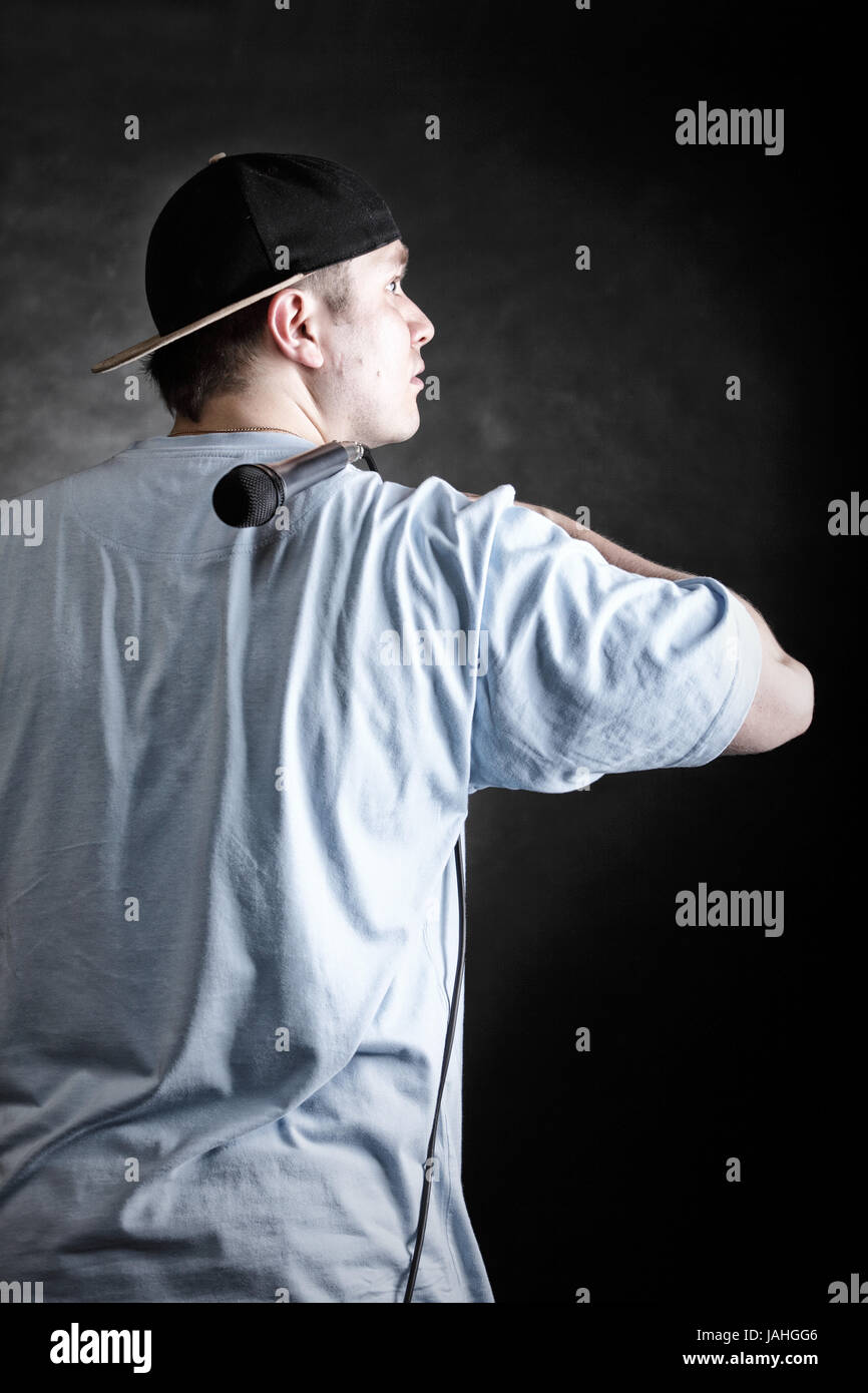cf0ce244bebca Rapero actitud cantante de rap hip hop bailarina realizando. Hombre joven  con sombrero negro vista
