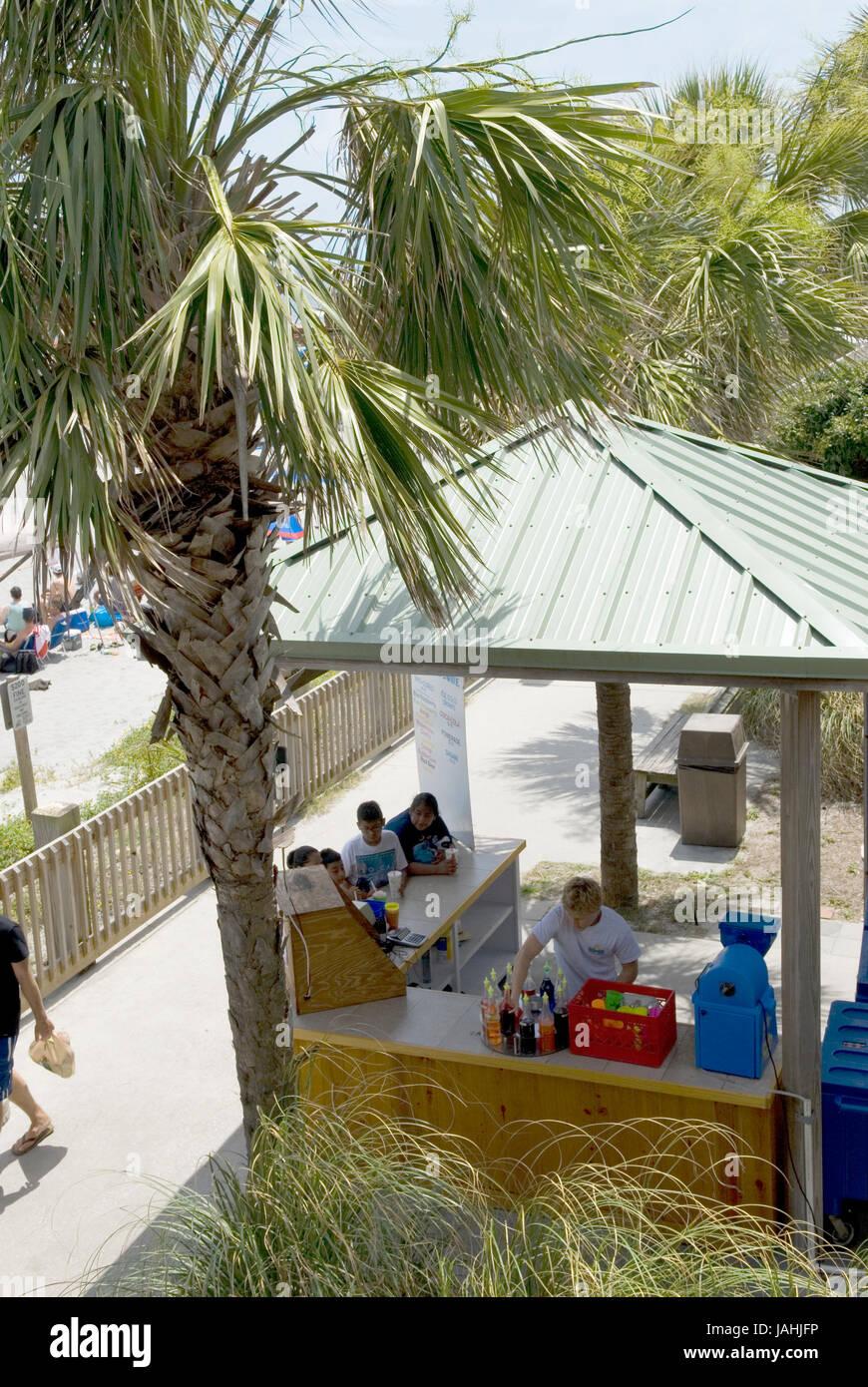 Par conseguir una bebida en Folly Beach en Charleston, Carolina del Sur, EE.UU.. Foto de stock