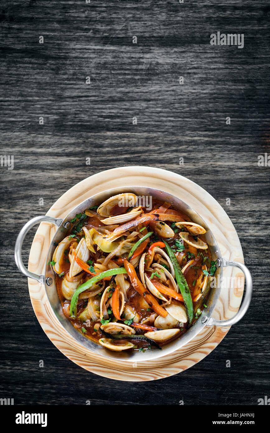 Almeja portuguésa gourmet y mariscos vegetales estofado en salsa de tomate picante Imagen De Stock