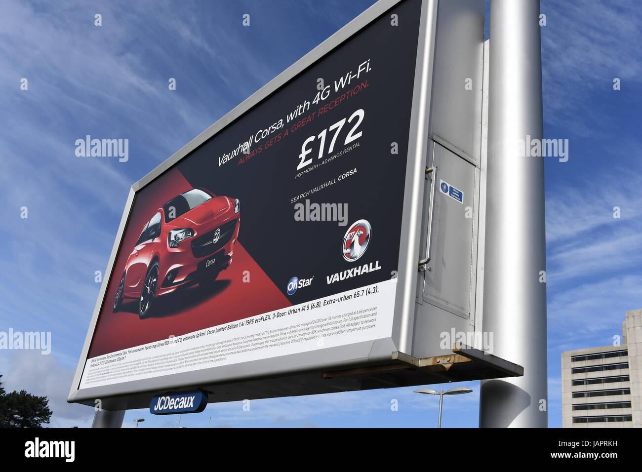 Publicidad Electrónica de la placa de la pantalla con un Vauxhall Corsa anuncio Imagen De Stock