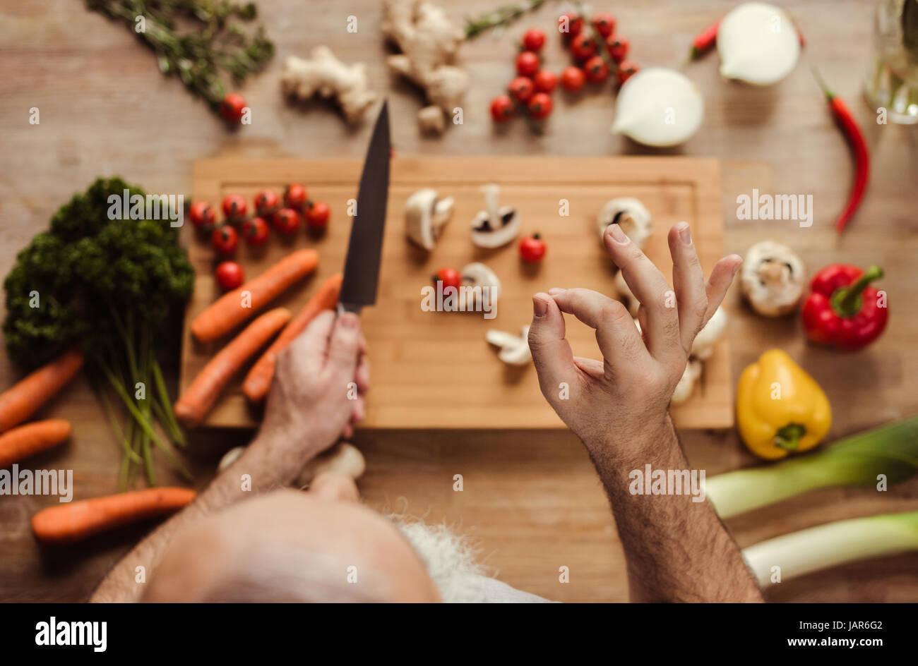 Hombre preparar comida vegetariana Imagen De Stock