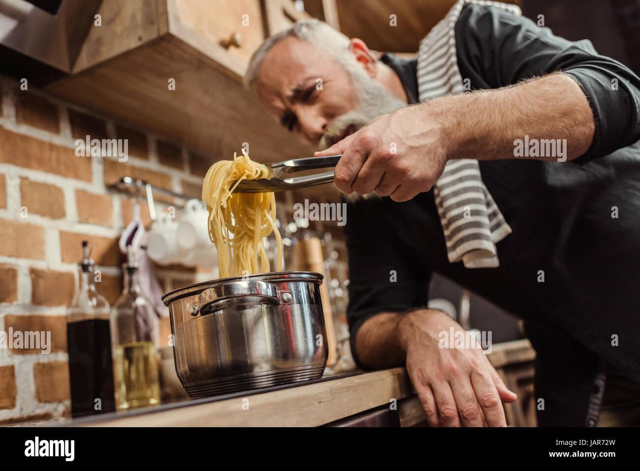 Hombre cocinar espaguetis Foto de stock