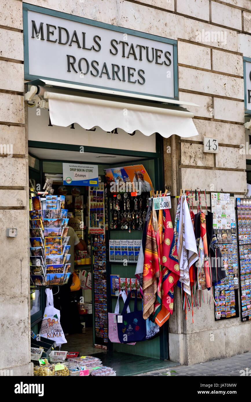 be16e605995 Pequeña tienda de venta de recuerdos rosarios