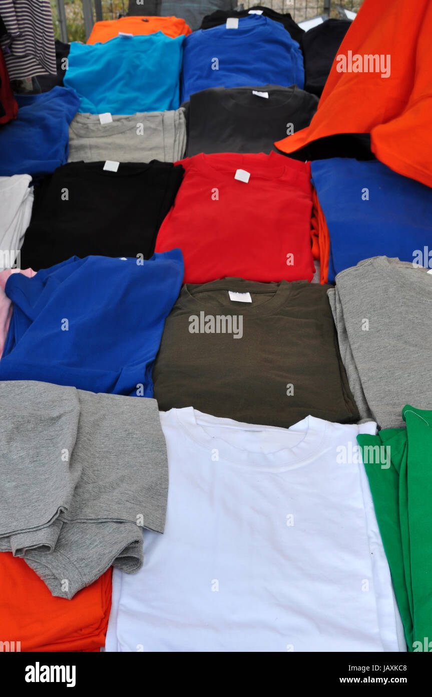 Camisetas de manga corta colorido telón de fondo. Casual ropa de verano. Imagen De Stock