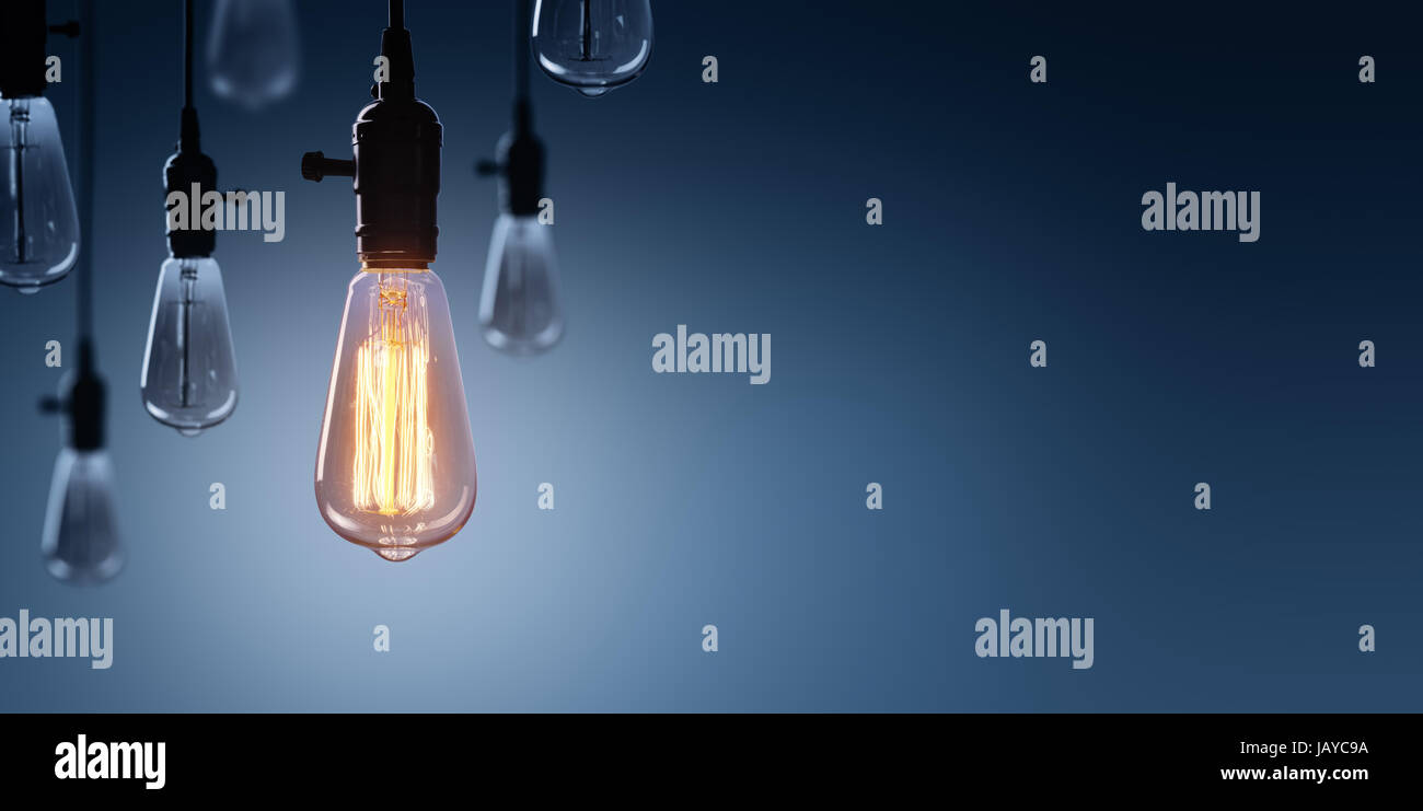 Innovación y liderazgo concepto - la bombilla incandescente entre lámparas apagado Imagen De Stock