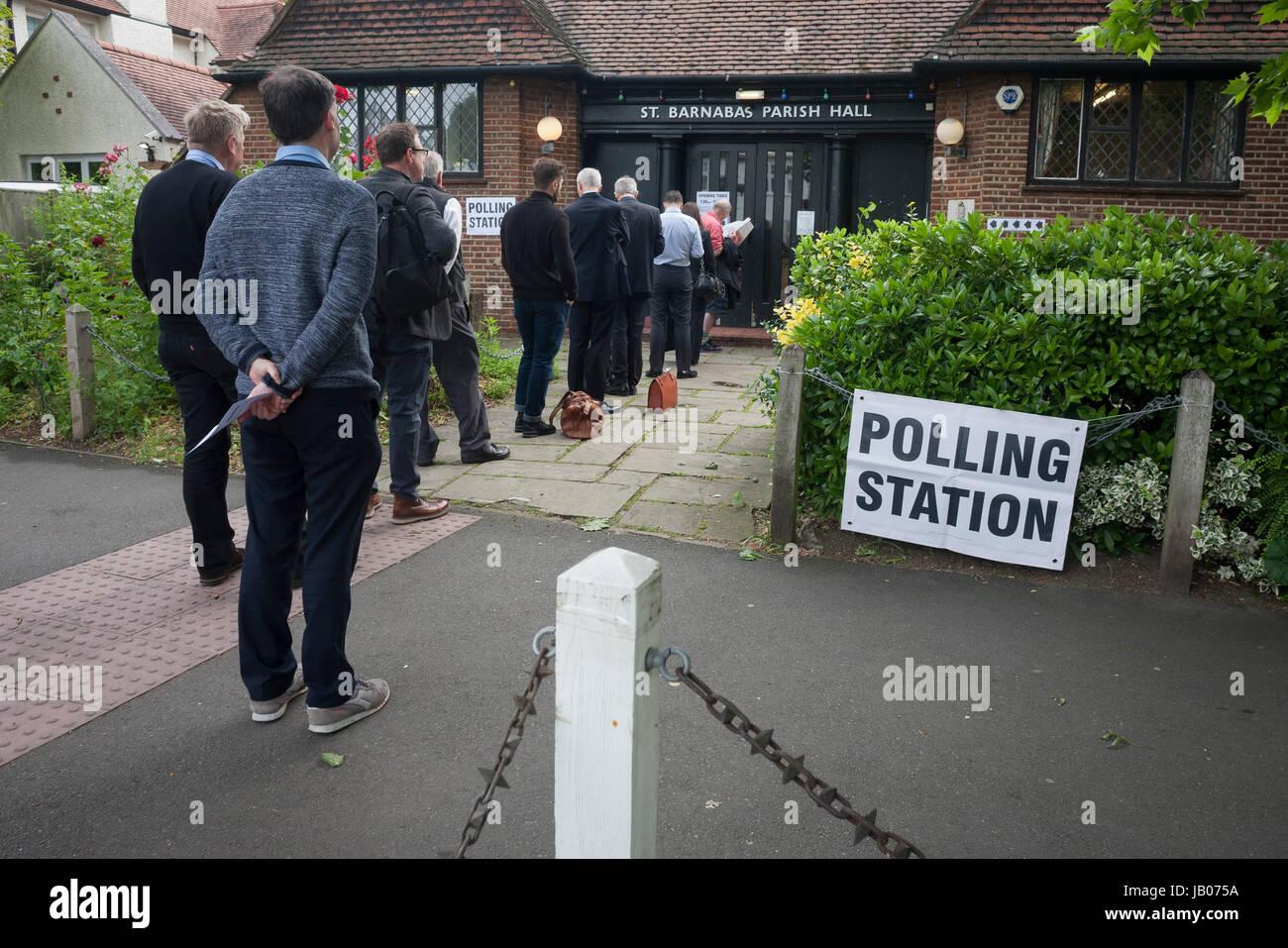 Primeros votantes para las elecciones generales de 2017 en el Reino Unido fuera de la cola de la mesa en el Salón Imagen De Stock