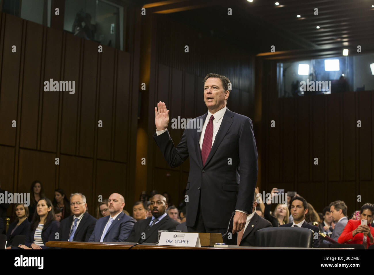 Washington, Distrito de Columbia, Estados Unidos. El 8 de junio, 2017. El ex director del FBI, James Comey juramento Imagen De Stock