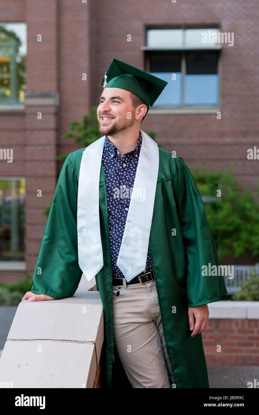 19c27e54f Graduación de estudiantes universitarios en el campus de retrato en el  estilo de vida en una universidad.