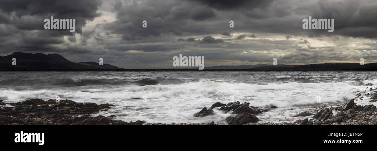 Fotografía Panorámica de la isla de Arran desde la costa de Kintyre como el tiempo parece amenazar Imagen De Stock