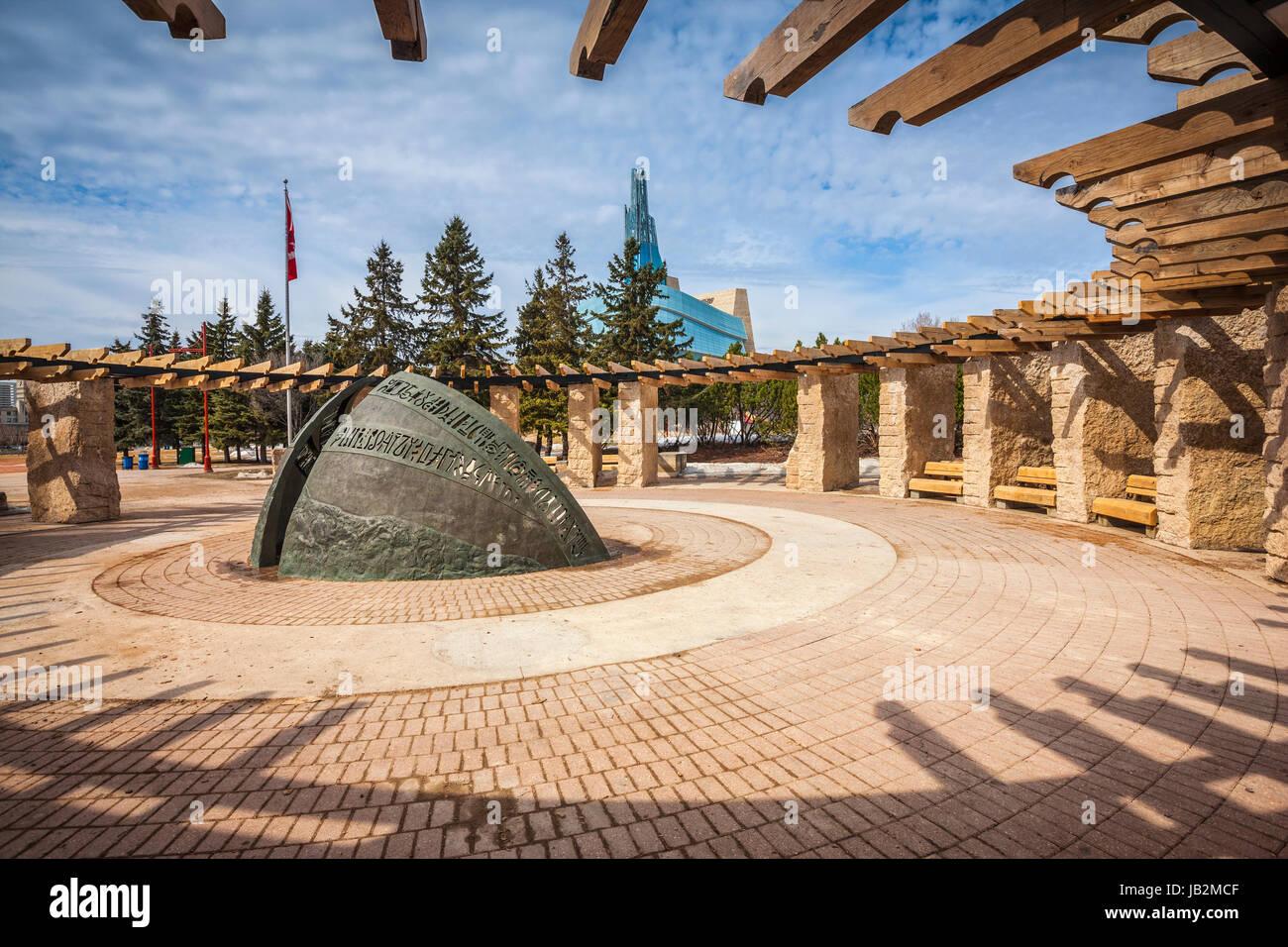 El Camino del tiempo la escultura, la orientación del círculo, las horquillas National Historic Site en Winnipeg, Manitoba, Canadá. Foto de stock