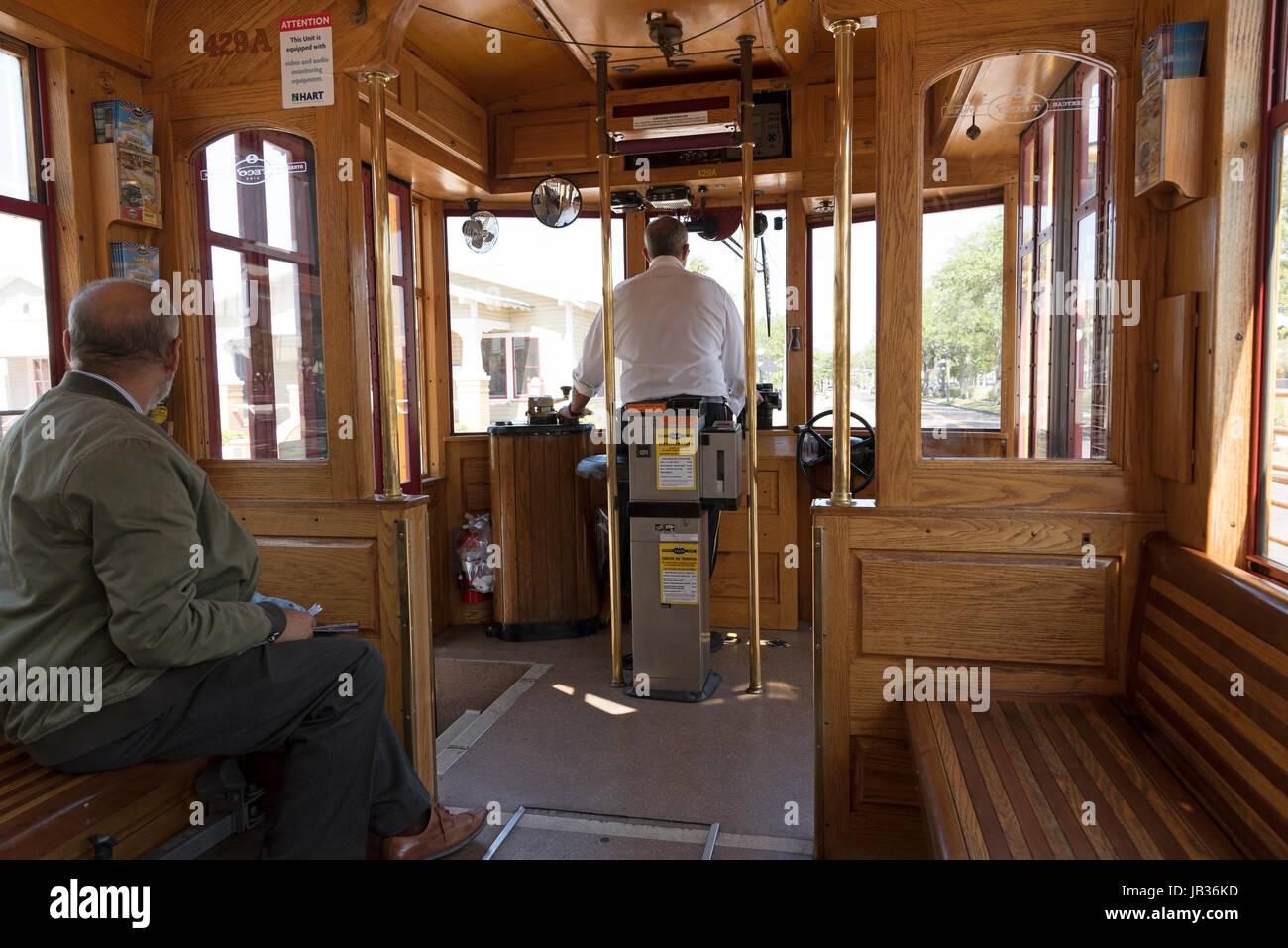 El interior de un tranvía con la conducción motorman. Tampa, Florida USA. De abril de 2017 Imagen De Stock